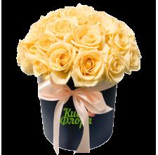 25 персиковых роз в шляпной коробке
