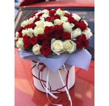 101 белая и красная роза в коробке